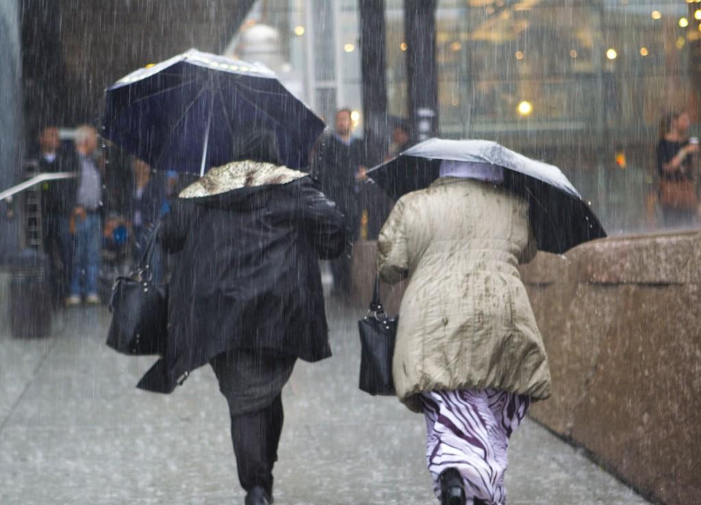 Kraftig regn som dette må du regne med på tirsdag om du bor på Østlandet.
