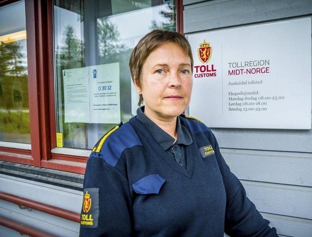 Oddrun Bentzen har flere ganger i år vært alene på vakt på Junkerdal tollsted. Når hun er det, har hun ikke lov til å stoppe bilier på vei inn i Norge.