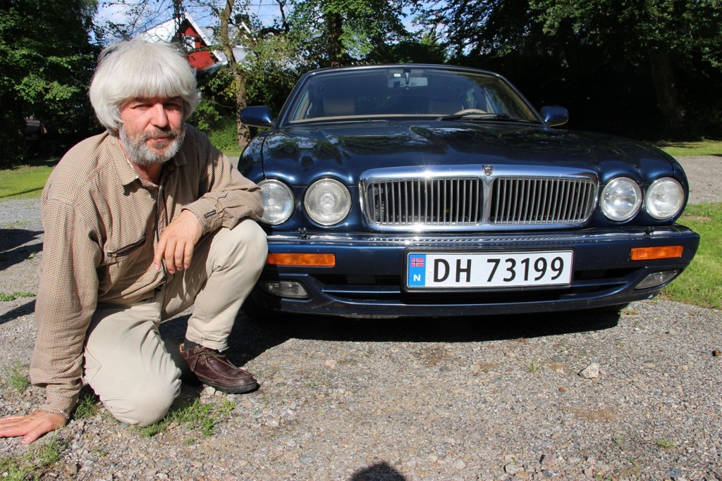 MÅTTE SKAFFE BIL: Halvor Hartvig er ordførerkandidat for Miljøpartiet De Grønne i Rakkestad. Han ønsket i utgangspunktet å kjøre kollektivt hele livet, men dårlig tilbud gjorde at han til slutt måtte gå til anskaffelse av en bil. Valget falt på en Jaguar. Skjermdump video: Rakkestad Avis