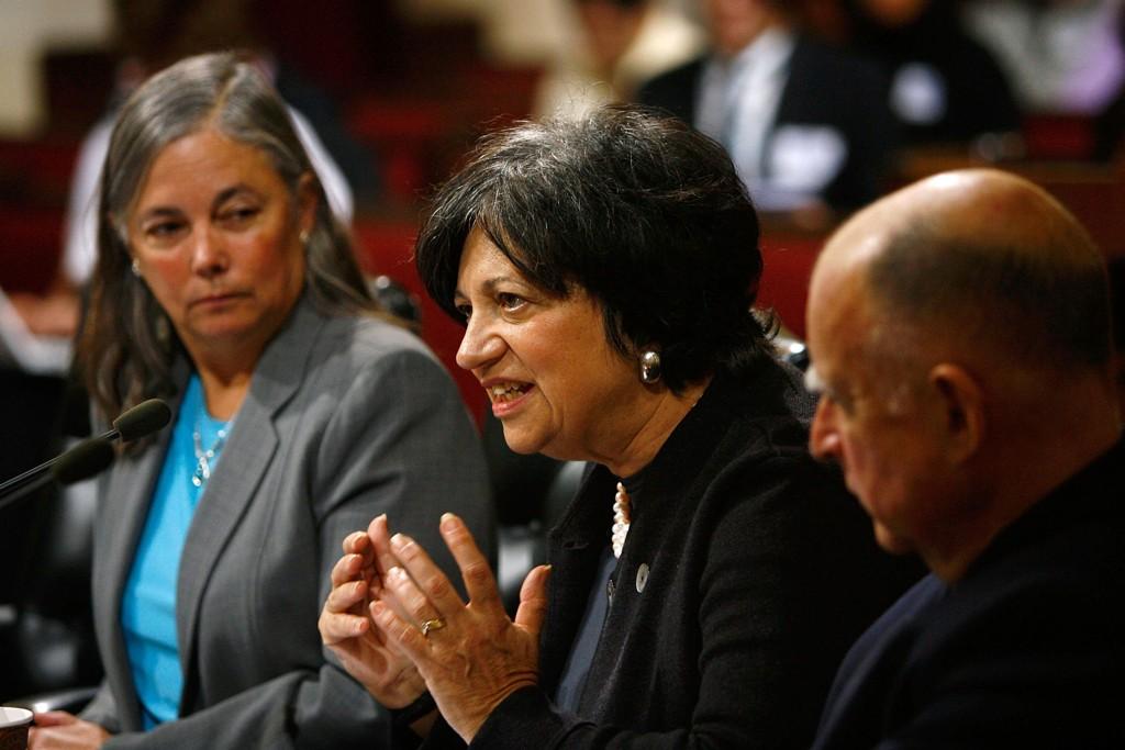 NICHOLS: Mary Nichols fotografert under en høring i senatet der hun kjempet for at California skulle få innføre strengere krav til bilindustrien enn det nasjonale myndighet hadde pålagt. Nichols sitter her mellom senator Fran Pavley og nåværende guvernør Jerry Brown.