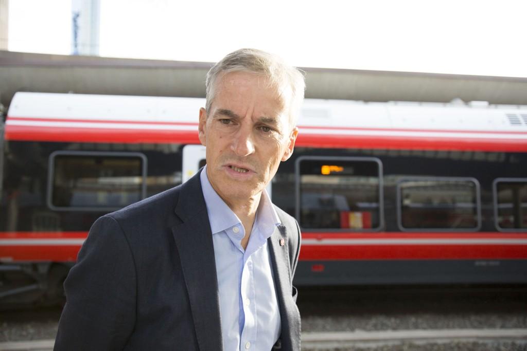 Ap-leder Jonas Gahr Støre tror regjeringens planer om kommunereform henger i en tynn tråd.
