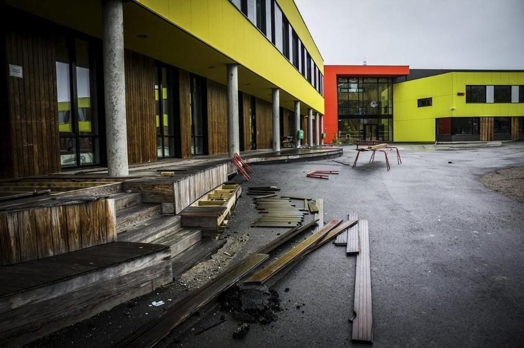 SETNINGSSKADER: Bakken rundt Kirkenes skole og stadion har sunket de siste årene.