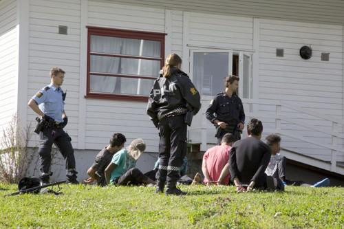 Over 20 mindreårige ble anholdt etter å ha forskanset seg i en gymsal.
