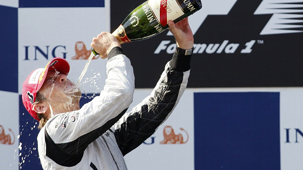 35 år gamle Button er britisk og kjører for McLaren, men er bosatt i Monaco. I 2009 vant han formel 1-mesterskapet sammenlagt