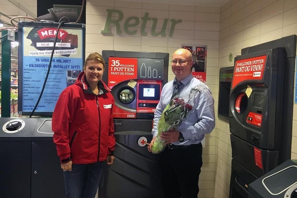 Butikksjef Christian Svalland ved Meny Sletten og daglig leder Marian Guddal Hansen i Bergen Røde Kors synes det er stas med en ny pantemillionær i Bergen. Her markeres begivenheten ved vinnerautomaten.