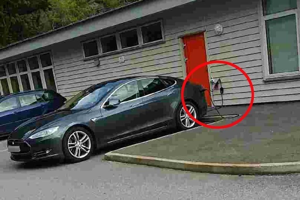Denne Teslaen har i det siste stadig dukket opp og forsynt seg av strømmen til Øyjorden barnehage.