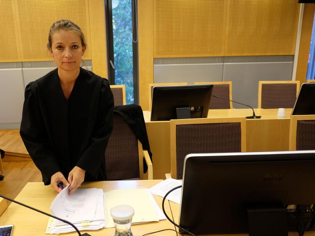 FORSVARER: Advokat Ingunn Camilla Tangen forsvarer den nå 19 år gamle mannen som er tiltalt for angrepet på en lærer i klasserommet på Oslo handelsgymnasium i mai i fjor. Dom i saken faller 17. august.