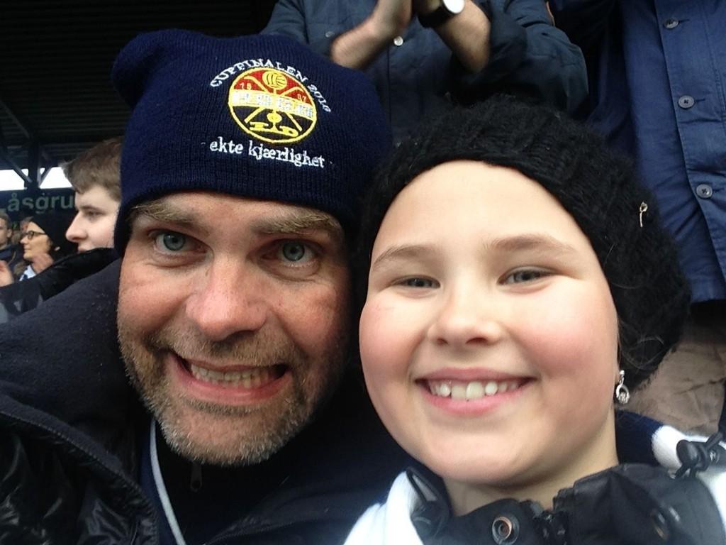 EKTE KJÆRLIGHET: Fredrik Røtter og datteren på det vi må anta er Marienlyst stadion i Drammen.