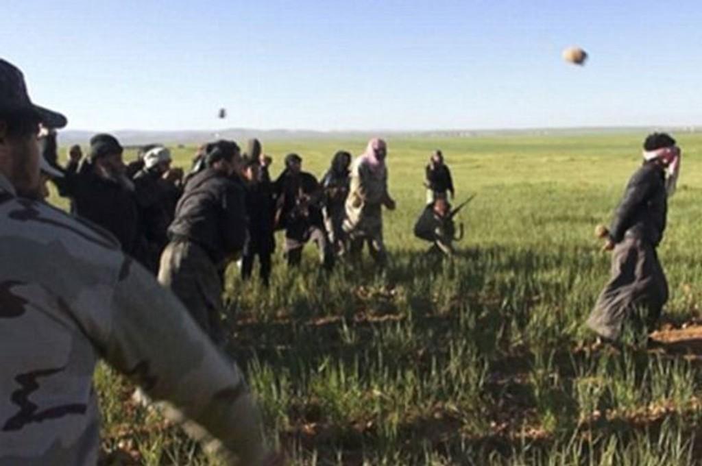 Tilhenger av Den islamske staten (IS) tok nylig en antatt homofil mann ut på et jorde i Homs i Syria, og steinet ham til døde. Det er Syrian Observatory for Human Rights (SOHR) som har innhentet dokumentasjonen.