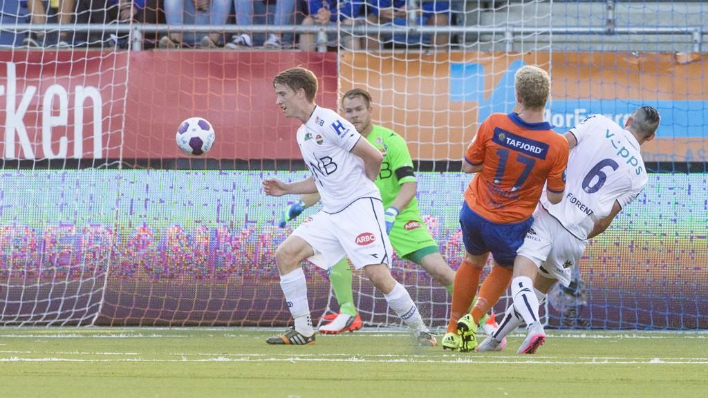 1-0: Aalesunds Henrik Rørvik Bjørdal setter inn 1-0 forbi keeper Espen Bugge Pettersen. FOTO: NTB scanpix