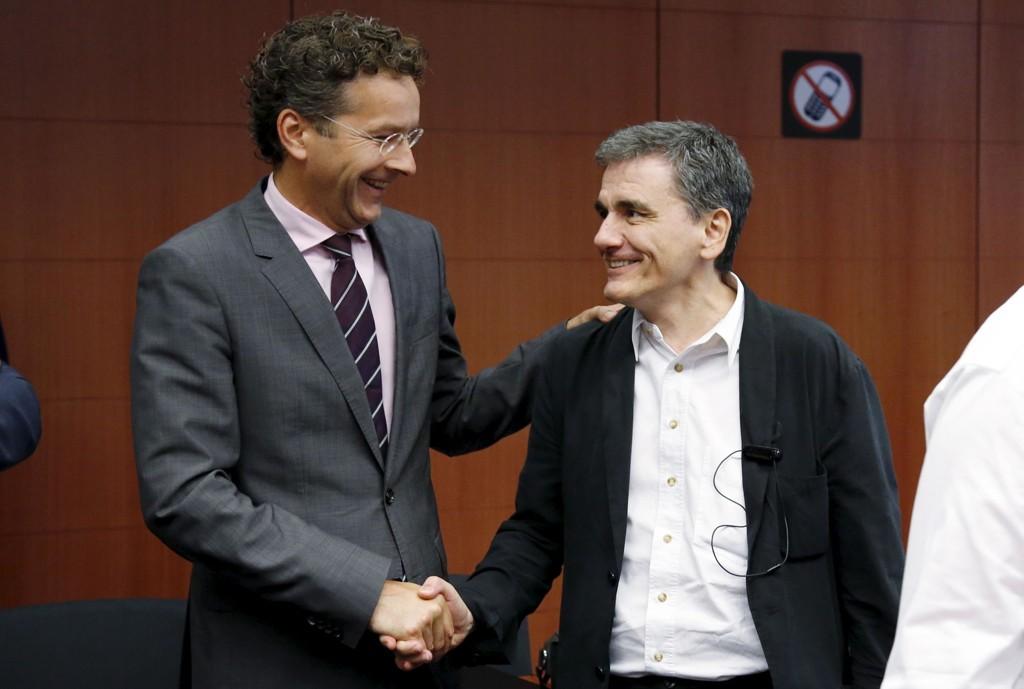 Jeroen Dijsselbloem håndhilser med Hellas' finansminister Tsakalotos.