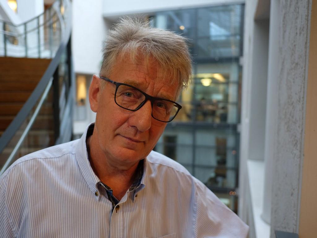 BLE ANGREPET: Clemens Saers har virket som lærer i 43 år og var inntil angrepet i fjor lektor ved Oslo handelsgymnasium. Nå er en tenåringsgutt dømt for volden, mens læreren har fått nedsatt stemmefunksjon.