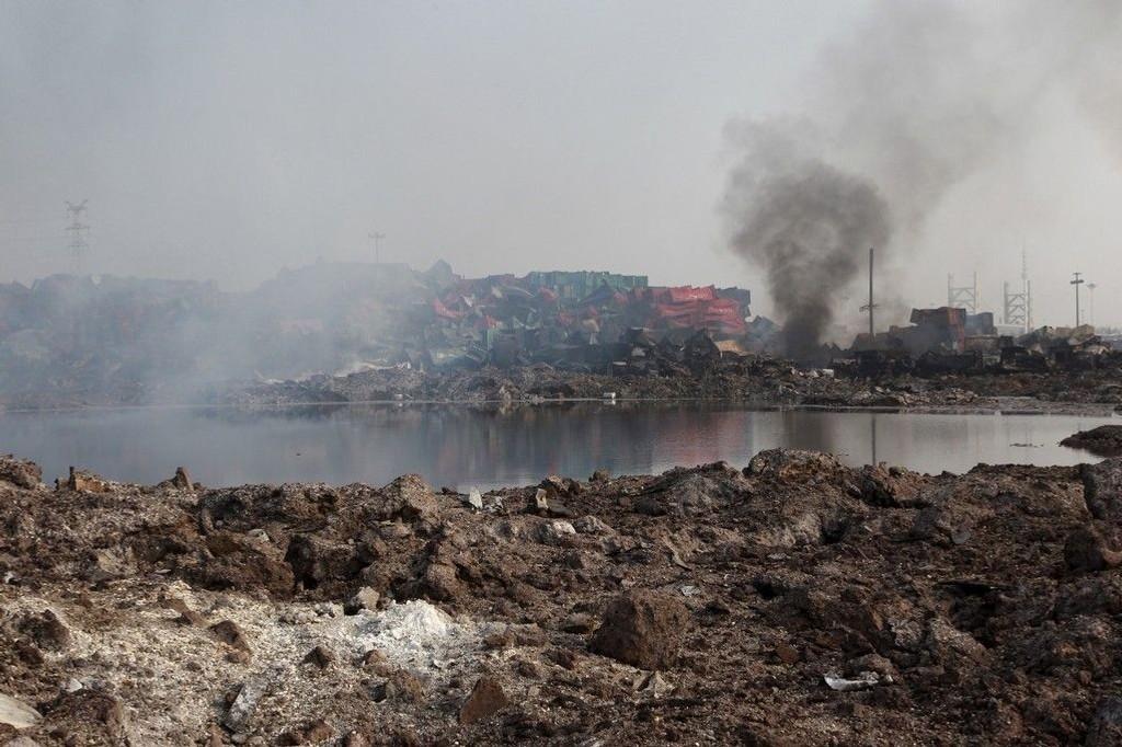 Et lite vann bestående av en ukjent væske på åsstedet for eksplosjonen. Redningsmannskaper har rensket vekk flere hundre tonn med cyanid fra området etter eksplosjonene i Tianjin. Ytterligere to personer er funnet døde ruinene, melder kinesiske myndigheter.