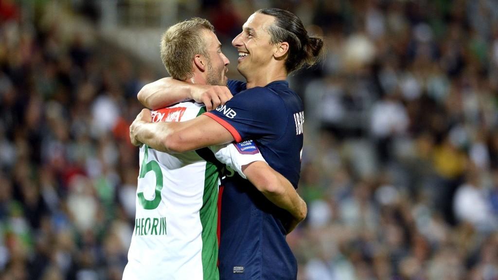 ILLUSTRASJONSFOTO: PSGs Zlatan Ibrahimovic (til høyre) omfavner en Hammarby-spiller under sommerens treningskamp.