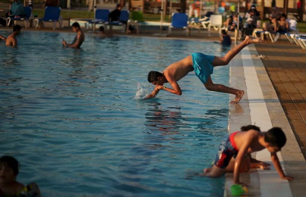 Palestinske barn nyter livet på luksushotellet The Blue Beach Resort i Gaza by.