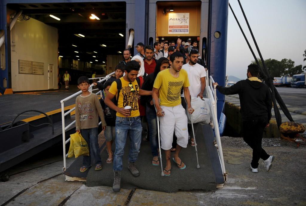 STRØMMER PÅ: Syriske flyktninger går i havn i Piraeus nær Aten i Hellas.