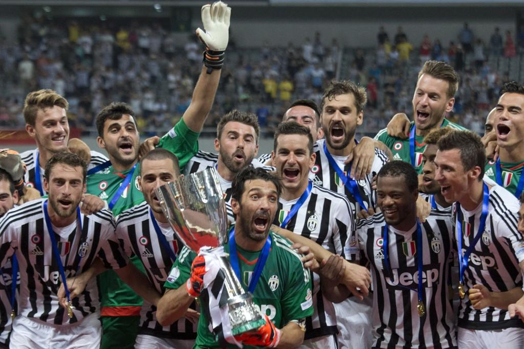 NY TRIUMF?: Her feirer Juventus å ha vunnet supercupen mot Lazio. Gianluigi Buffon holder pokalen.
