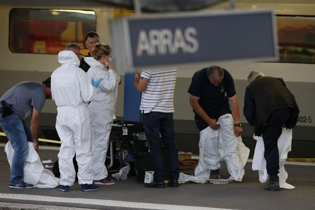 To personer ble alvorlig skadd på et tog som var på vei fra Amsterdam til Paris. Krimteknikere ankom togstasjonen for å utføre undersøkelser.