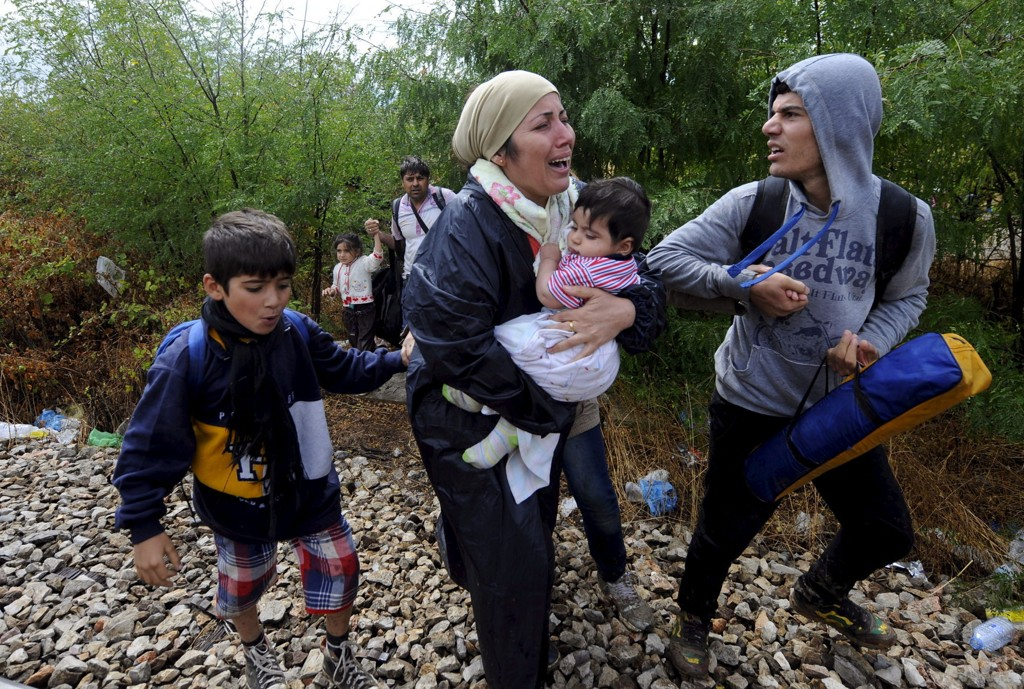 Migranter går mot Gevgelija i Makedonia etter å ha krysset grensa fra Hellas lørdag.