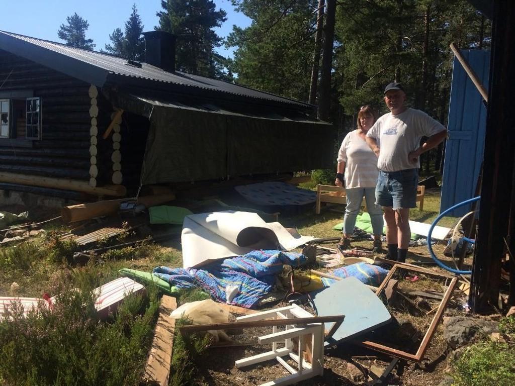 SJOKKERTE: Samboerparet Tore-Arne Rognmo og Tone Sande er sjokkerte etter at hytta på Landfalltjern ble rasert.