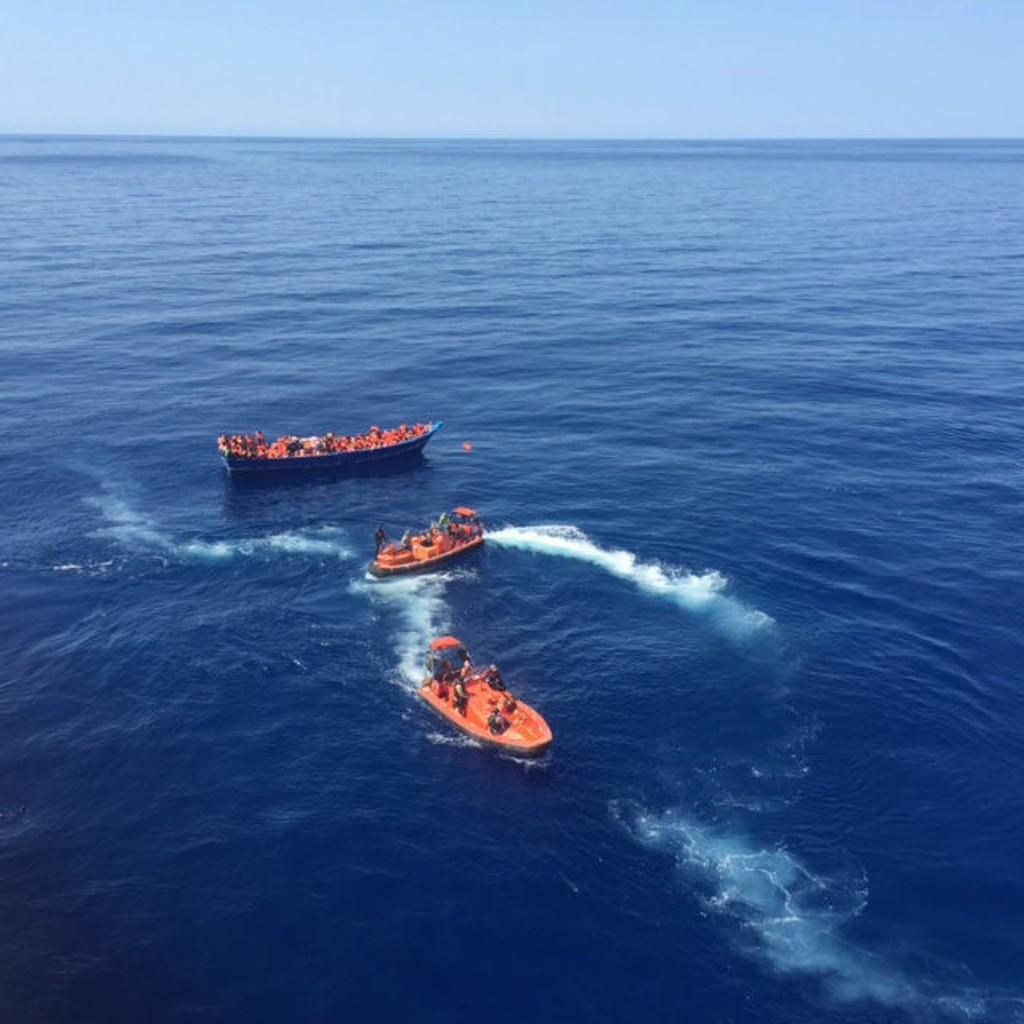 FLYKTNINGHJELP: Det norske skipet Siem pilot berget lørdag formiddag 320 mennesker fra et flyktningeskip i Middelhavet. Søndag var mannskapene også på oppdrag. Det siste døgnet har de berget 963 båtflyktninger.