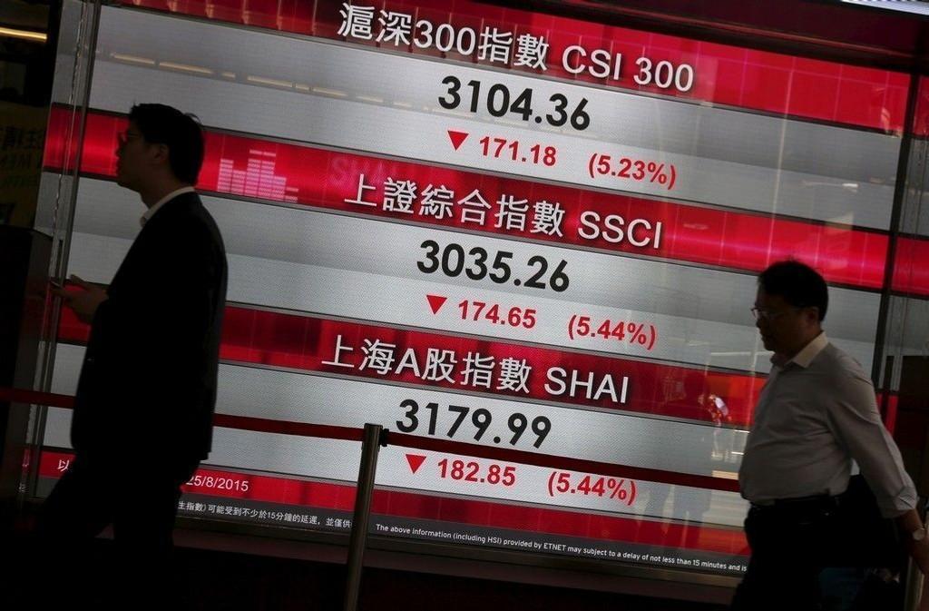 SHANGHAI LEDER AN NED: En stor skjerm i Hong Kongs forretningsdistrikt lyste inledningsvis i rødt tirsdag 25.08.15. Børsene både Kina og Japan åpnet rett ned. Tokyos Nikkei-indeks falt 3,47 prosent og Shanghais Composite-indeks falt over 6 prosent umiddelbart etter åpning. Senere snudde det til oppgang på flere av børsene.
