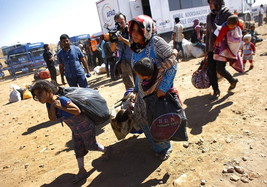 Syriske kurdere flykter til Tyrkia. Tyrkia og andre naboland er allerede vertskap for over tre millioner syriske flyktninger.