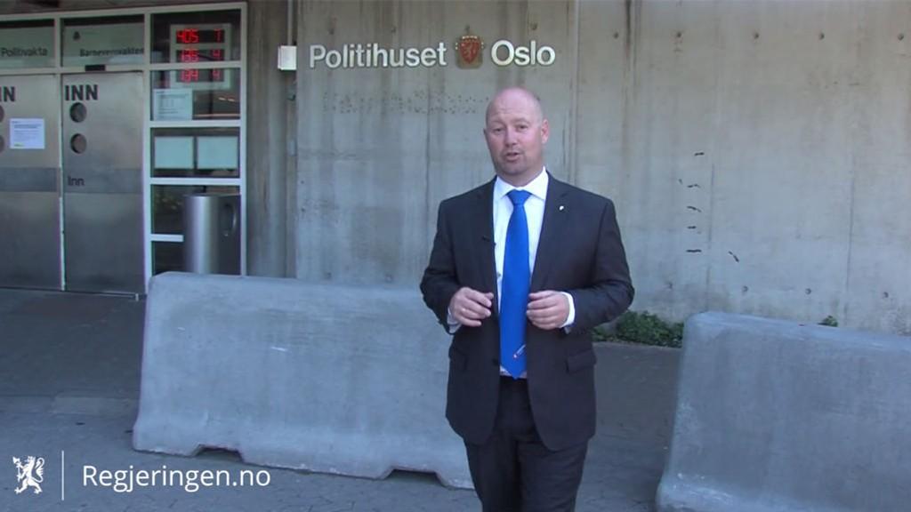 I HOVEDROLLEN: Justisminister Anders Anundsen får både ris og ros for sin informasjonsvideo med seg selv i hovedrollen.