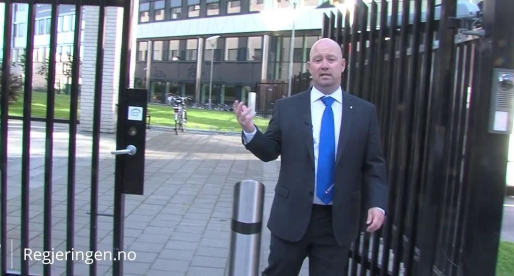 FORAN PST: Justisminister Anders Anundsen i en scene fra filmen.