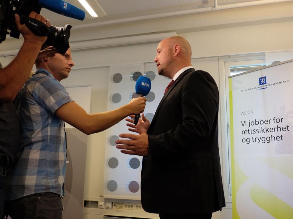 FORLENGET BEVÆPNING: Justisminister Anders Anundsen (Frp) på pressekonferanse i Nydalen sist uke der han varslet at den midlertidige bevæpningen av politiet forlenges til 15. oktober og at politidistriktene får nye rapporteringsrutiner når det gjelder vådeskudd.