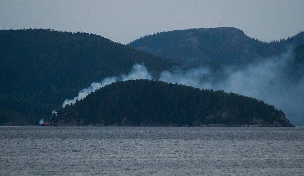 STÅR I BRANN: Øya Kvaholmen i Namsosfjorden står tirsdag kveld i brann. Foto: Jonas Olsen (Namdalsavisa)