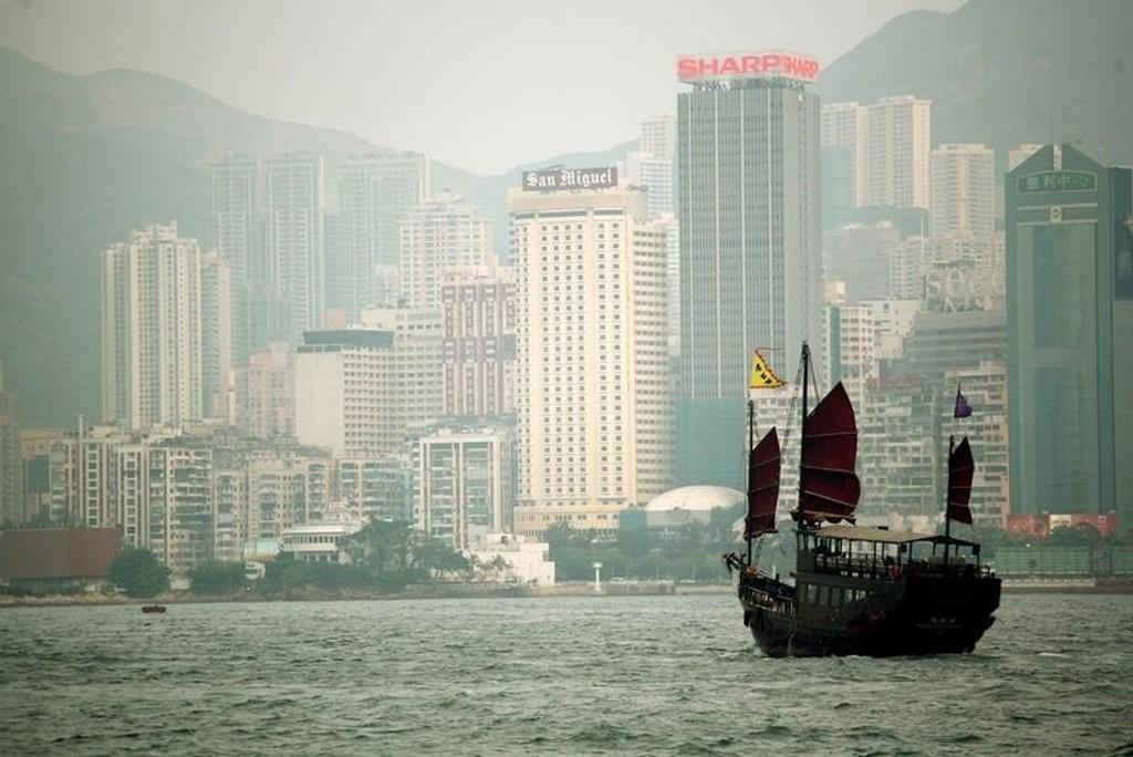 De største kinesiske indeksene la på seg fra åpning torsdag. CSI300-indeksen steg 2,2 prosent, mens Shanghai Composite økte 1,7 prosent. Hong Kongs Hang Seng-indeks opplevde enda større oppgang med 3,2 prosents økning. På bildet: Hong Kongs skyline fra sørenden av Kowloon.