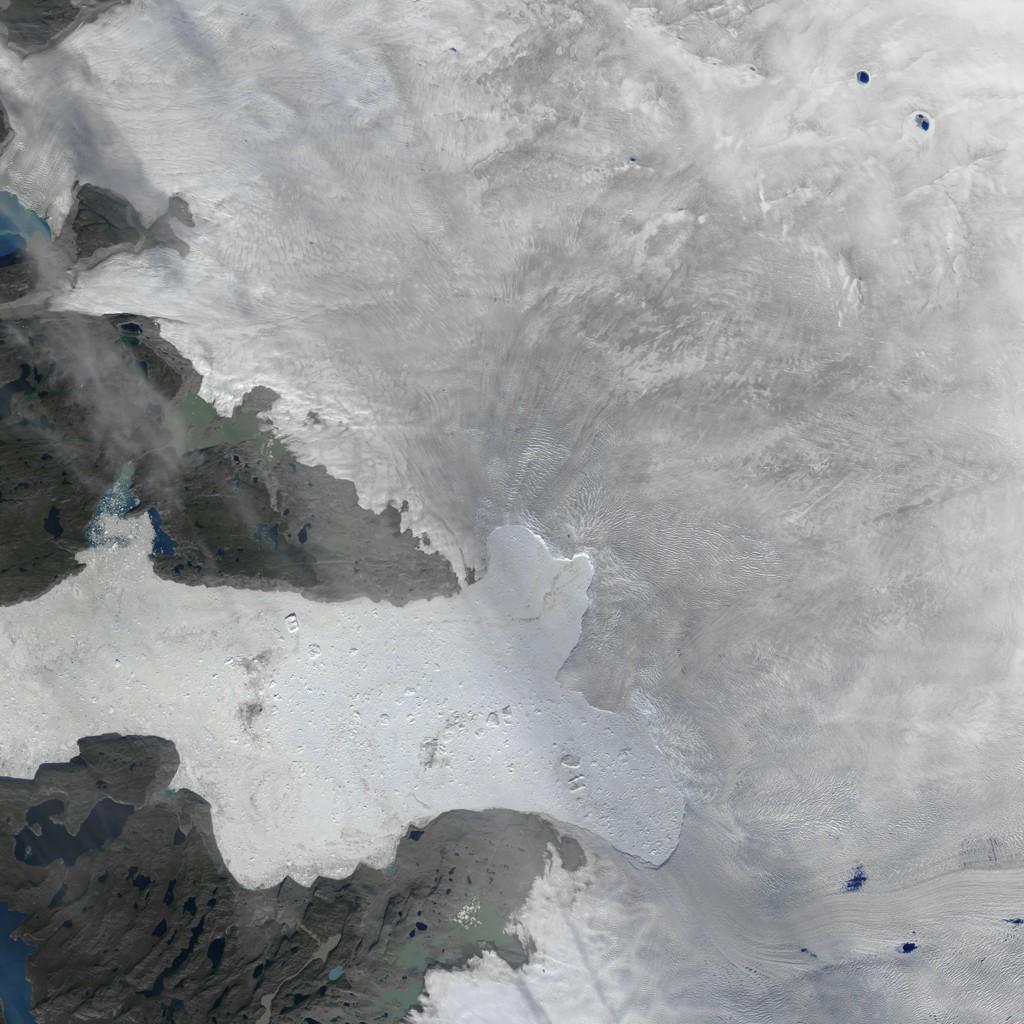 OVERVÅKER ISBRE: Den amerikanske romfartsorganisasjonen NASA overvåker isbreer, deriblant Jakobshavn-breen på Grønland. Dette bildet som ble offentliggjort forrige uke, viser at et stort isstykke løsnet fra breen tidligere denne måneden. Jakobshavn-breens aktivitet står for mye av tapet av Grønlandsisen, ifølge NASAS