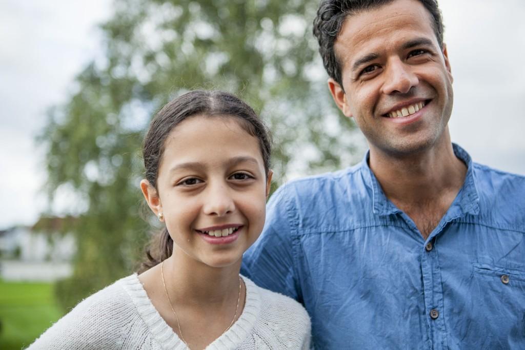 Noor er 12 år, og kommer fra Syria. Der ble det for farlig, særlig for unge jenter. Familien fikk henne til Sverige ved hjelp av menneskesmuglere, og deretter ble hun hentet til Norge av onkel Abdulfattah Al-Mozzen. Han lærer seg norsk og jobber iherdig med å bli autorisert som lege i Norge.