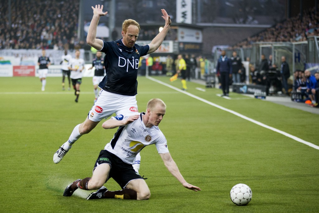 TØFFE TAK: Det ble en intens kamp mellom Mjøndalen og Strømsgodset på Marienlyst stadion.