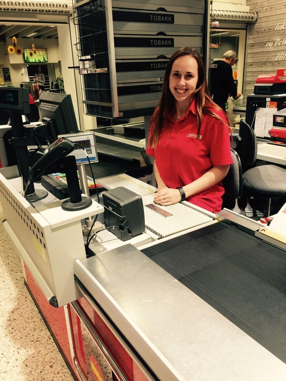STOLT: Marthe Kristine Aalton (19) elsker å jobbe i butikk, og er lei av at andre snakker nedsettende om jobben hennes.