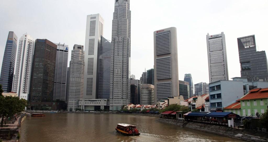 Børsen i Singapore starter ned mandag 31.08.15 i likhet med andre toneangivende børser i Asia. Bildet: Singapore-floden med finansdistriktets skyskrapere.