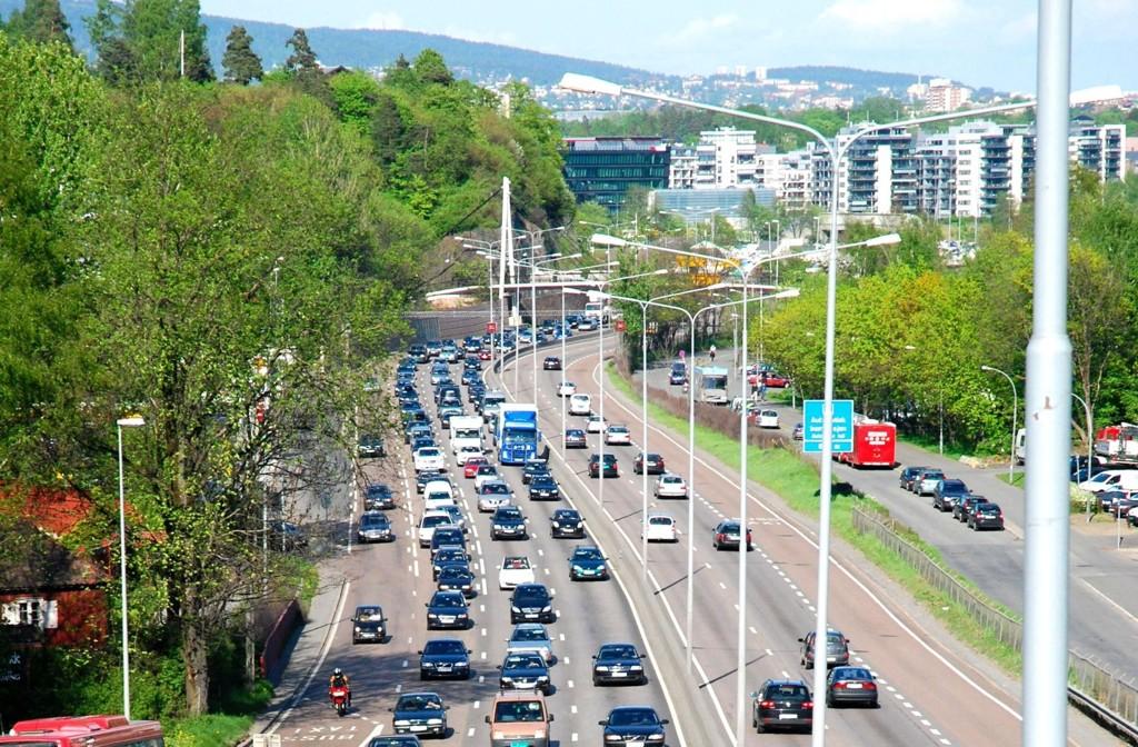 NAF har beregnet at dersom eksperimentet skal lykkes, må antall biler reduseres med omtrent 15 prosent – noe som utgjør 600 biler. På bildet: E18