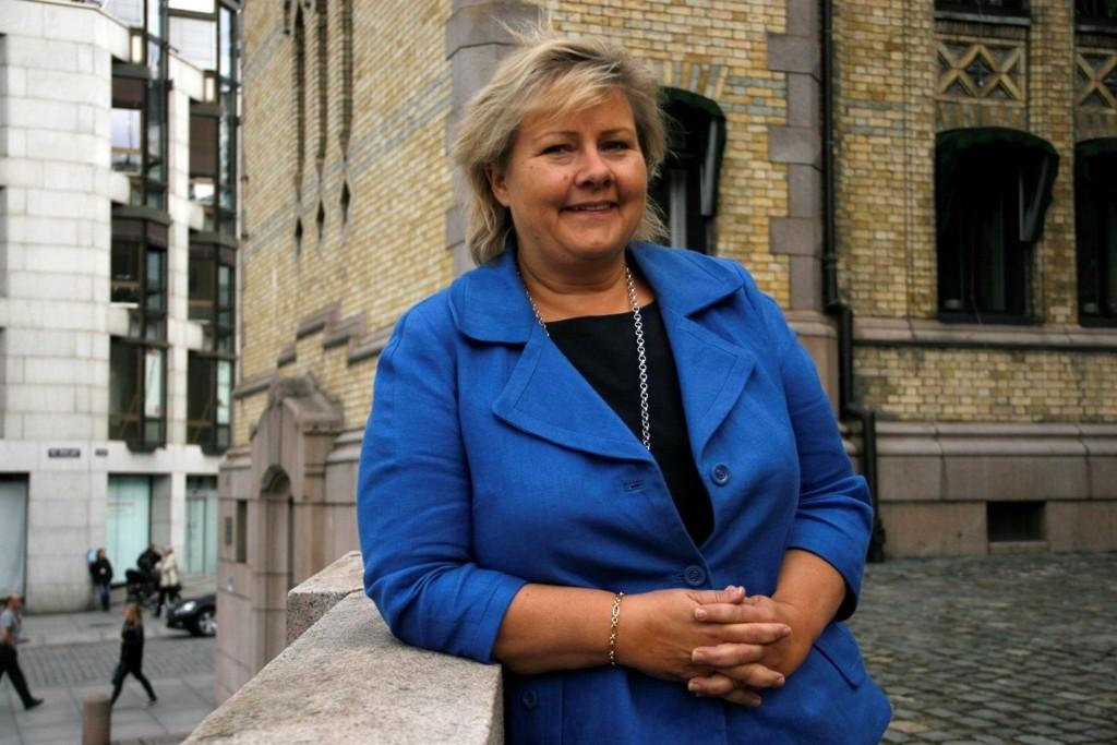 Statsminister Erna Solberg nekter å gjøre om på praksisen med tvangsretur av syriske flyktninger.