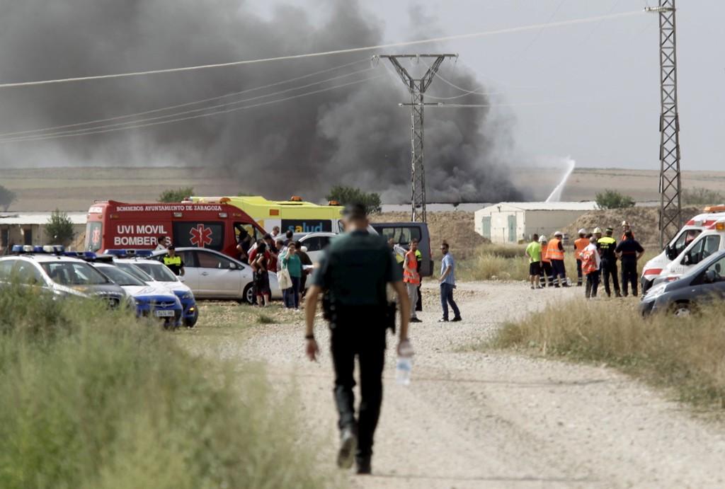 Svart røyk stiger opp fra fyrverkerifabrikken i Zaragoza i Spania der det var en kraftig eksplosjon mandag.