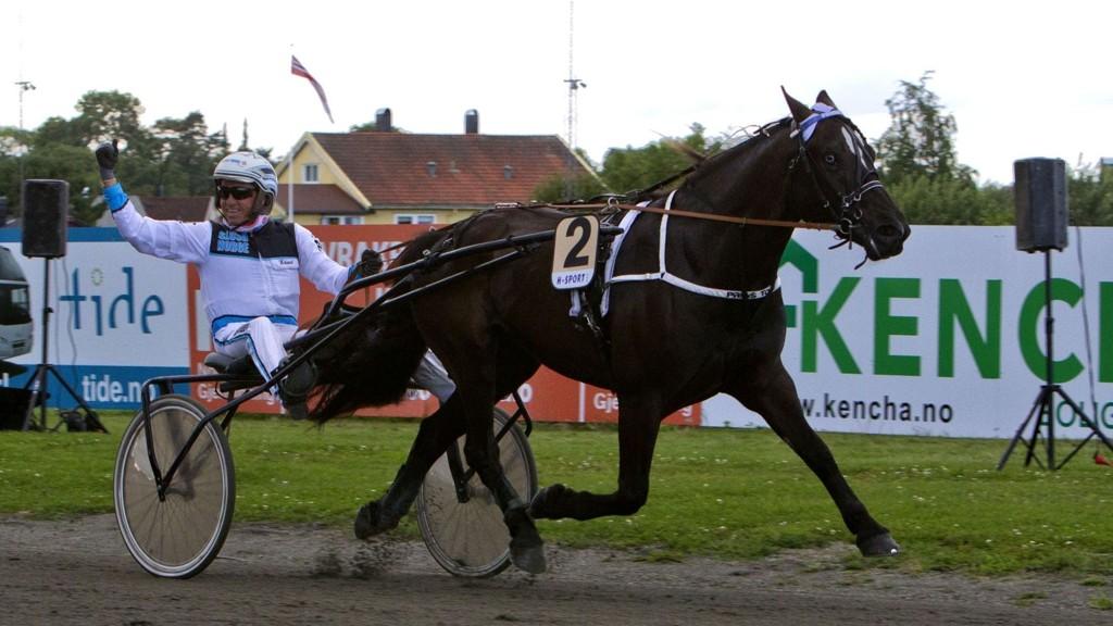 Edvard Kristiansen jubler etter V75-seier med Prins Tom på Leangen 8. august. Foto Morten Skifjeld/Hesteguiden.com