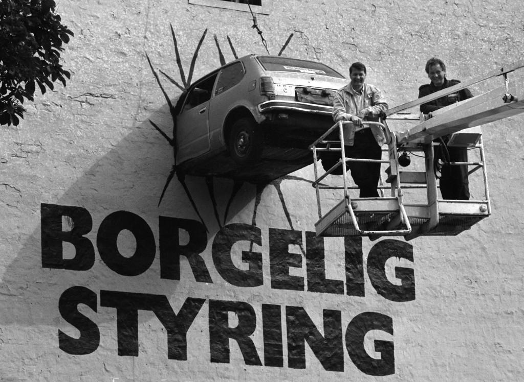 """Arbeiderpartiets partisekretær Thorbjørn Jagland (til venstre) og kranfører Jan Østberg etter avdukingen av valgkamp-installasjonen i august 1989. - Alt gikk bra på pressekonferansen helt til en journalist mumlet noe om at det manglet en """"r"""", mimrer Kjetil Try."""