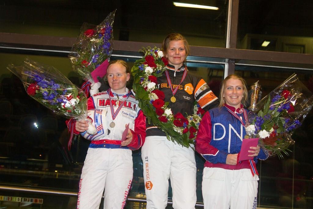 Slik så det ut etter NM i fjor. Stine Marlen Bendiksen (i midten) på toppen av seierspallen. Kristine Kvasnes (t.v) ble nummer to og Anette Frønes endte på bronseplass. Foto: Anders Kongsrud/www.hesteguiden.com.