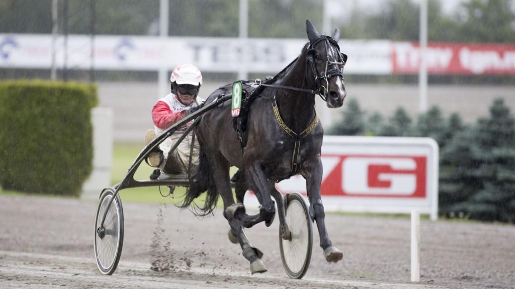Restless Cash og Thor Borg bankerspilles i V5-3 på Bjerke lørdag. Foto Roger Svalsrød hesteguiden.com