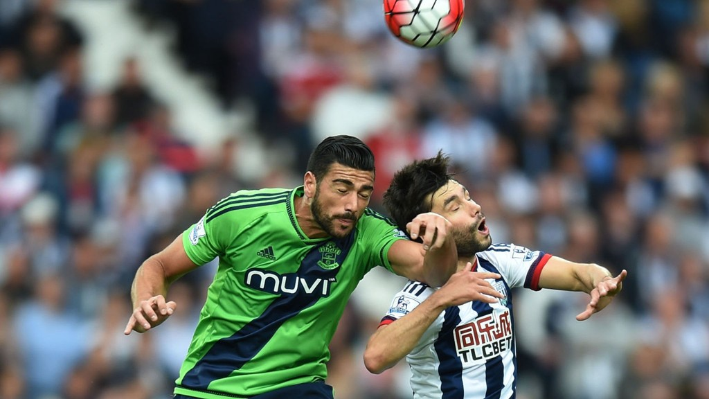 ITALIA-SPISS: Graziano Pelle i duell med Claudio Yacob i kampen mot West Bromwich.