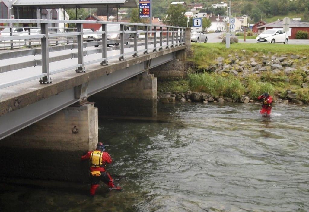 Dykkere lette søndag ettermiddag i elva Vikja etter en 46 år gammel kvinne som har vært savnet siden natt til søndag.