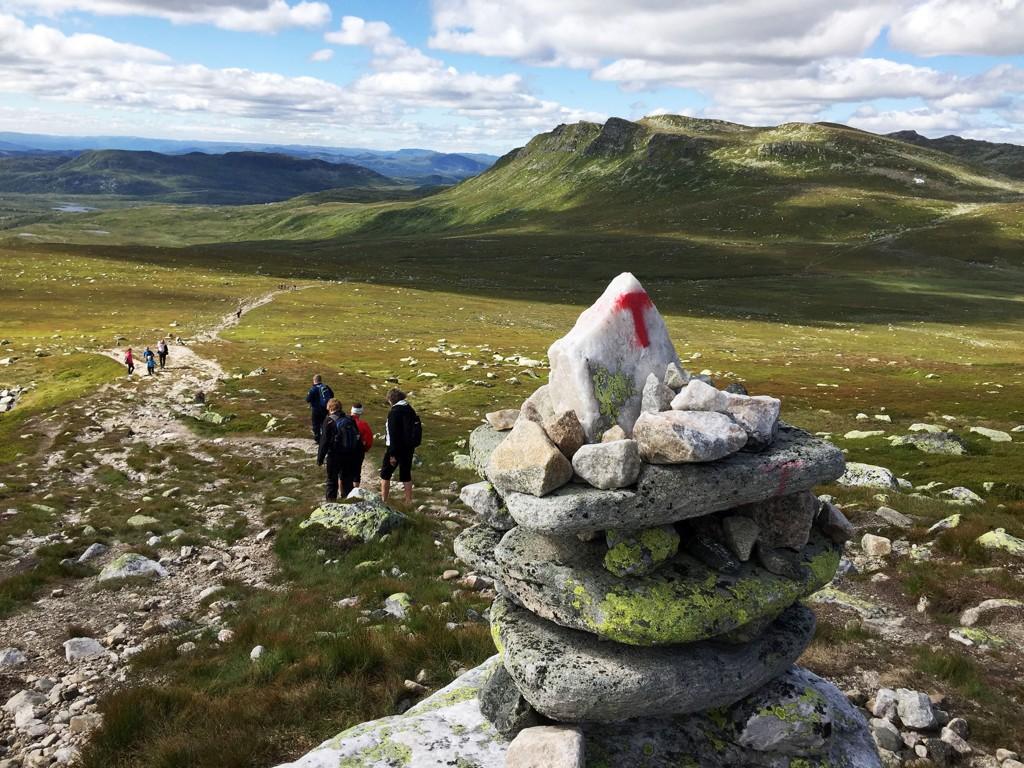 Sommersola skinner over Norefjell-Eggedalsfjella på turstien til Høgevardehytta (1400 meter over havet) i Buskerud. Rutene i fjellet er oftest merket med små varder. For at du skal vite at du er på en DNT-sti, merket av Den Norske Turistforening, er noen av vardene merket med en rød T.