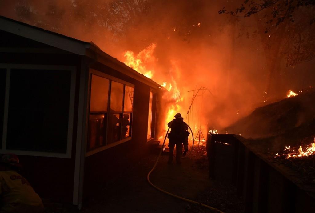 CALIFORNIA BRENNER: Et husi i brann i Seigler Springs i California søndag. Guvernøren har erklært unntaktstilstand i staten på grunn av brannene i nord.