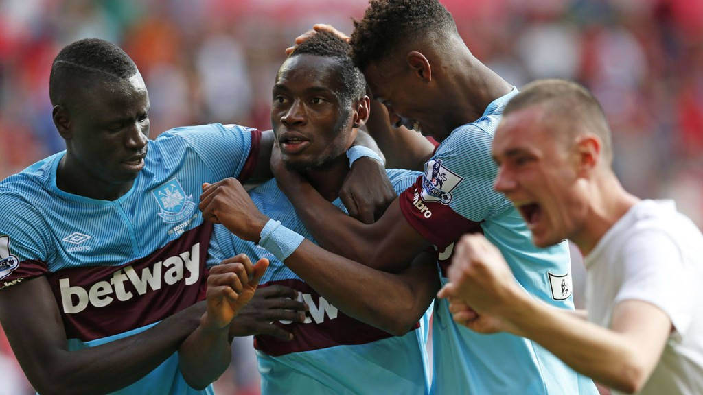 Diafra Sakho (i midten) jubler sammen med lagkameratene Cheikhou Kouyate (til venstre) og Reece Oxford (til høyre) etter 3-0 seirene borte mot Liverpool.