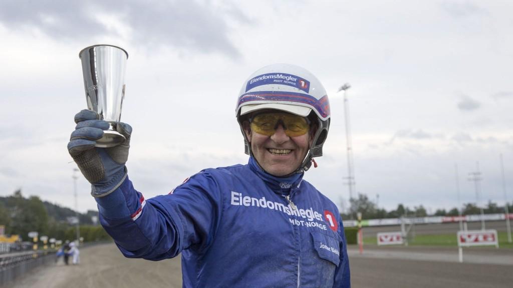 Jomar Blekkan med pokalen etter at Jærvsørappen vant kaldblodsderby på Bjerke søndag. foto Roger Svalsrød hesteguiden.com